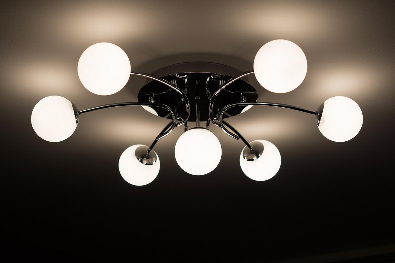 איך בוחרים גופי תאורה לחדרים בבית?