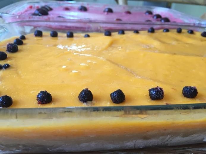 עוגת שכבות צבעונית קלה להכנה – העשויה אך ורק מפירות, תמרים ו...