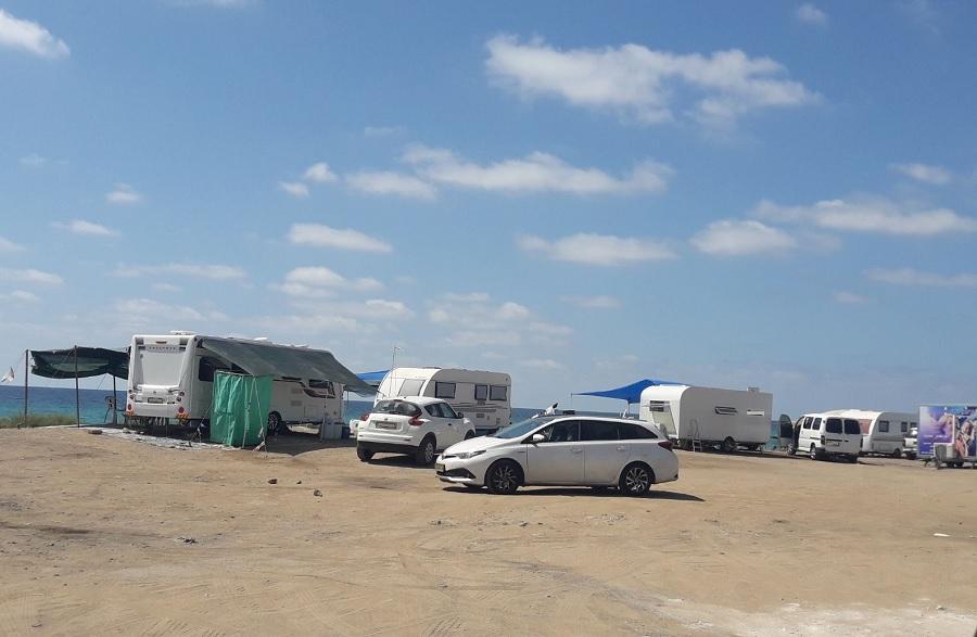 החוף חוזר לציבור: 8 מסיגי גבול שהציבו קראוונים בחוף הים בנהר...